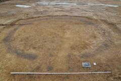 Hügelgräberbronzezeitlicher Kreisgraben mit Eingangssituation in Form eines 4-Pfostenbaus