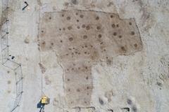 Drohnenaufnahme geputzter, frühbronzezeitlicher Hausgrundrisse im Planum