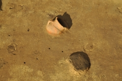 Bronzezeitliches Keramikgefäß in situ