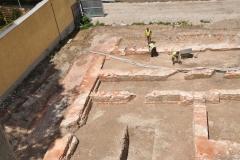 Paulanerkloster während der Grabung, Putzen der Mauerzüge